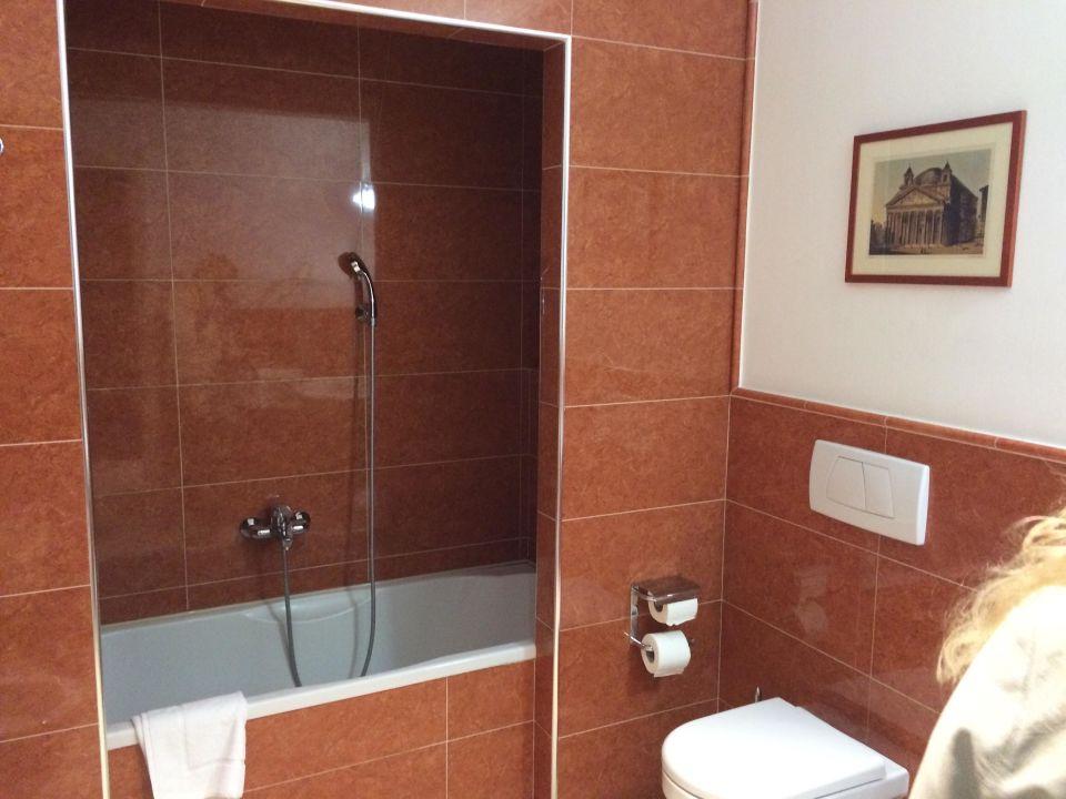 Top - Sauberes Bad mit Badewanne Hotel Taormina