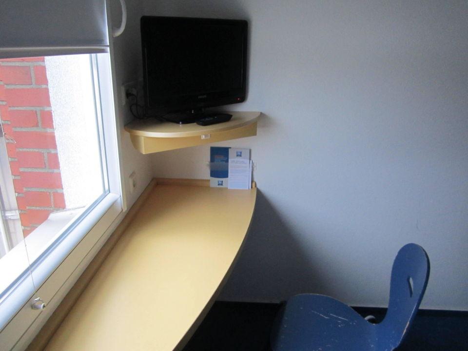 bild schreibtisch fernseher stuhl zu ibis budget hotel. Black Bedroom Furniture Sets. Home Design Ideas