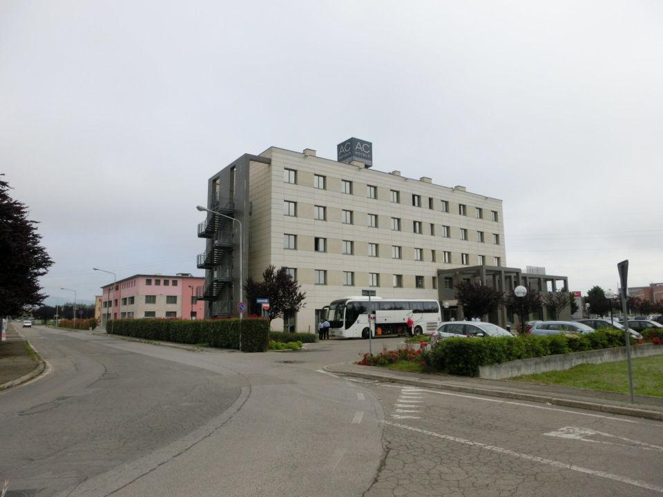 Parkplatz mit Eingang Hotel Ac Arezzo