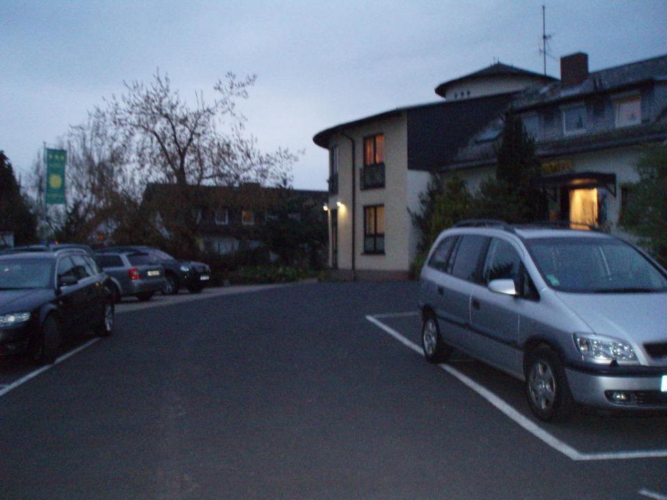 Aussenansicht mit Parkplätzen Hotel Sonnenhof