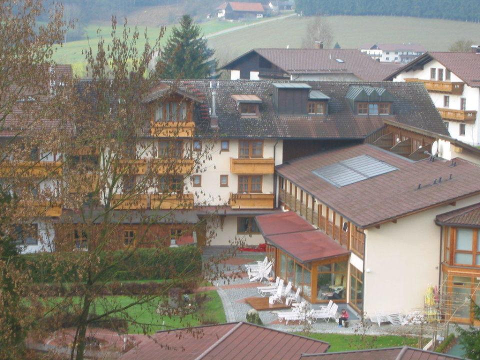Ausblick auf das Hotel und die Außenanlage Hotel Regenbogenland Zum Kramerwirt