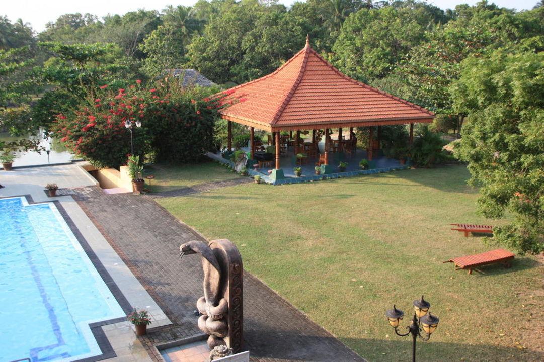 Blick auf Pool und Garten Ayurveda Paradise Maho