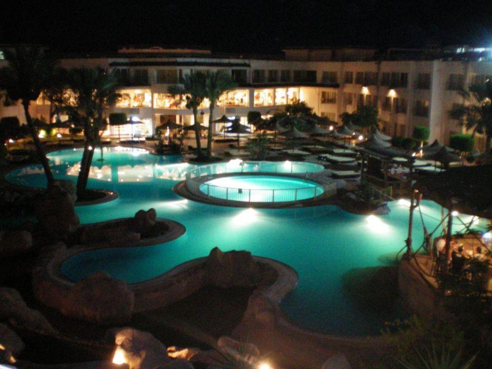 Poolanlage am Abend Sharming Inn Hotel
