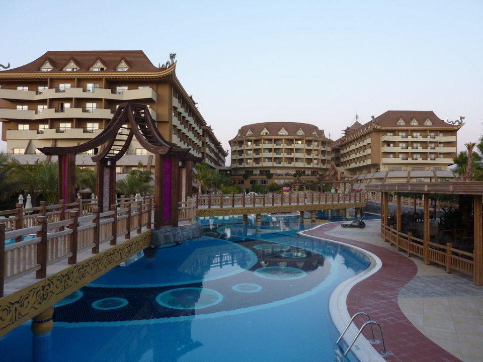 Pool mit Blick auf das Hotel Hotel Royal Dragon