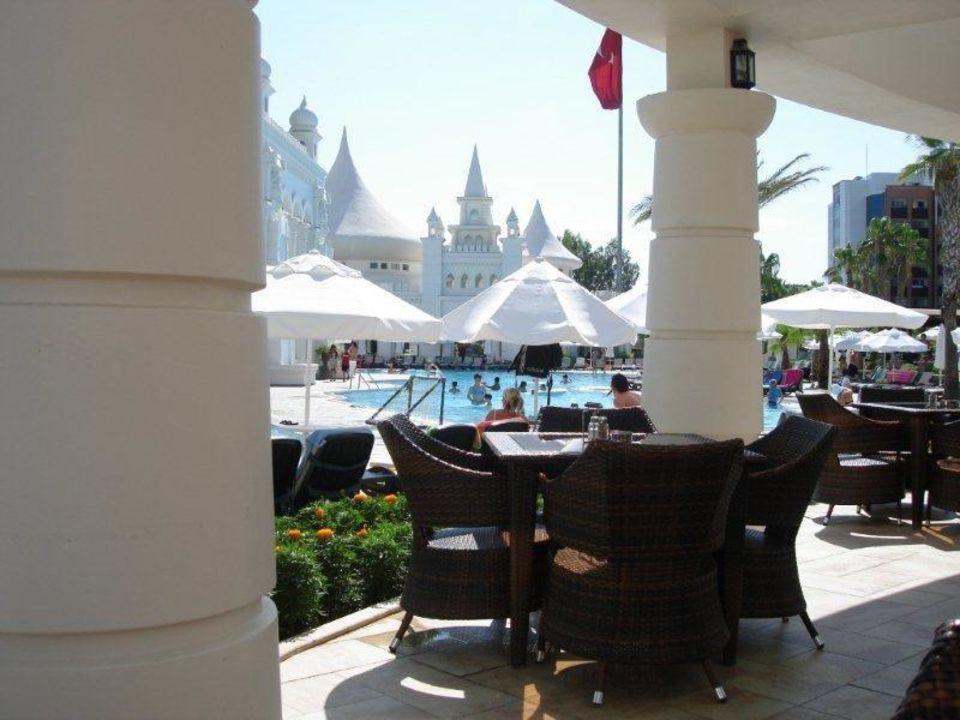 Blick von der Poolbar auf den Poolbereich Kamelya Collection Hotel Fulya