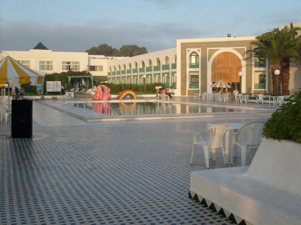 Pool mit Blick auf das Hotel Hotel El Mouradi Cap Mahdia