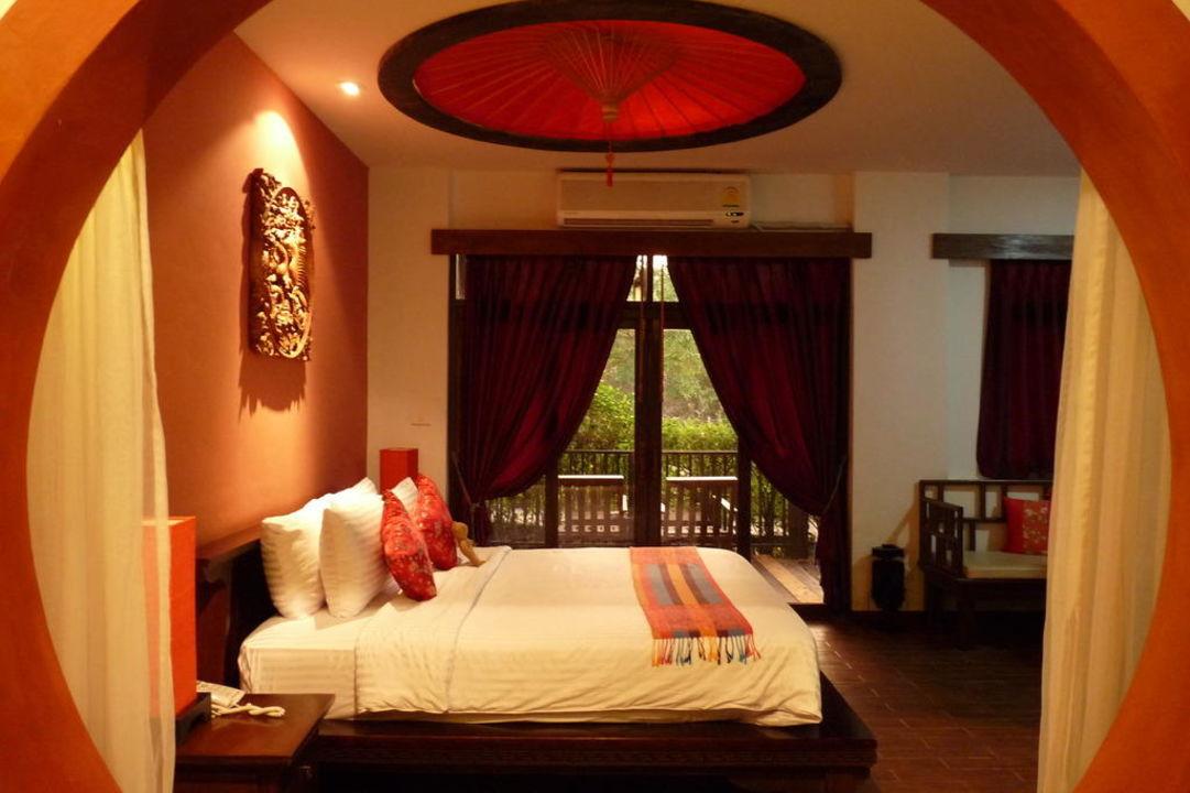 Blick in den Schlafraum des Deluxe Room Hotel Tharaburi Resort
