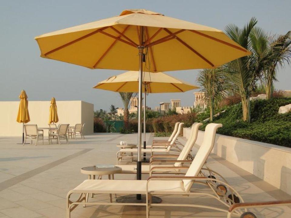 Liegen am Pool Al Hamra Residence