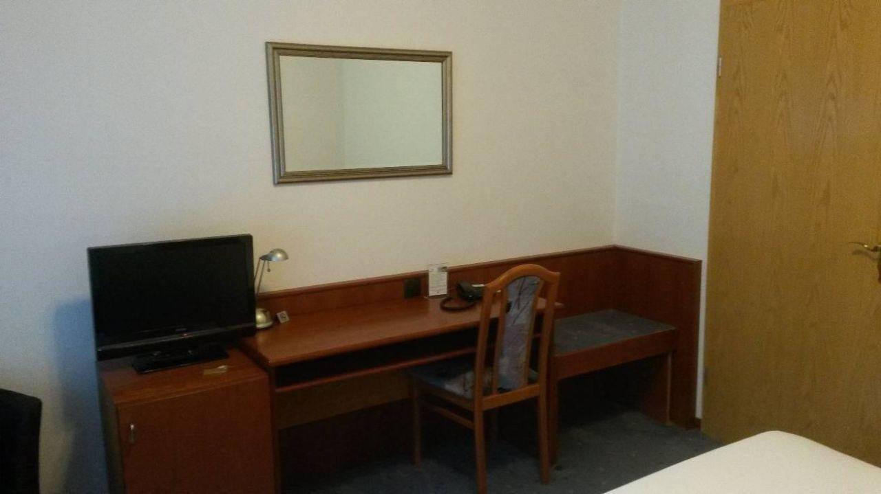 Zimmer (Tisch/TV/Minibar)\