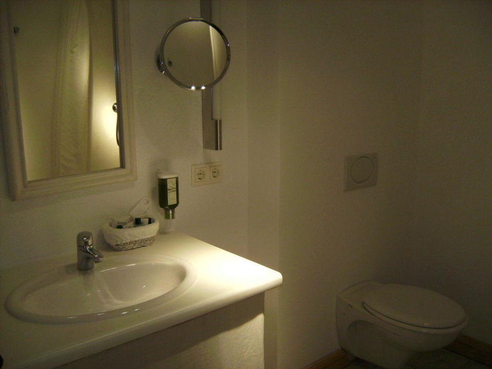 Bad mit Waschtisch, Spiegel und WC Hotel Zur Linde