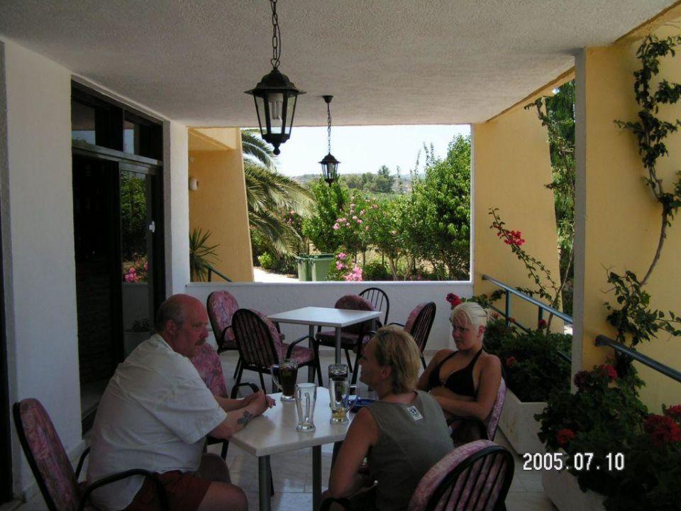 Wir auf der Terrasse Afandou Blu Hotel