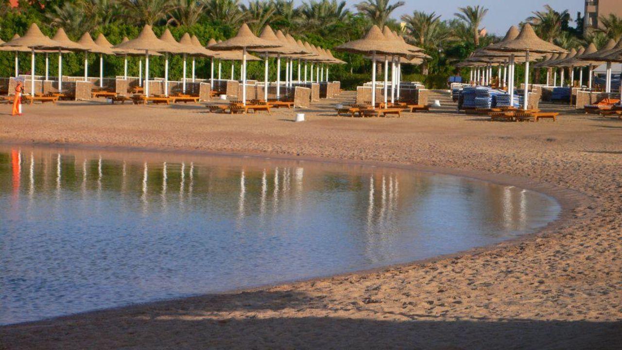 Reflektionen im Wasser der Lagune Siva Grand Beach