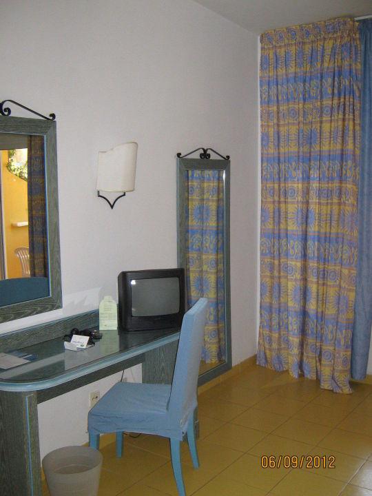 tisch mit tv spiegel schreibtisch primasol drago park costa calma holidaycheck. Black Bedroom Furniture Sets. Home Design Ideas