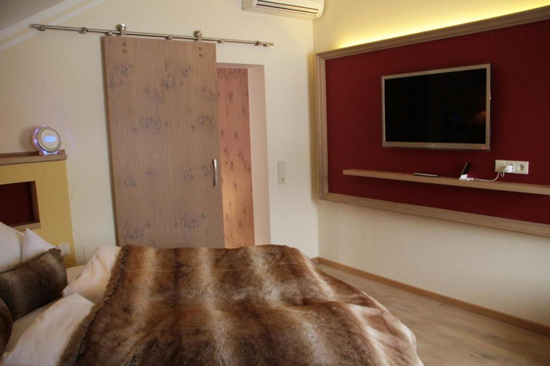 Schlafzimmer mit rundem Bett in der Romantik-Suite\