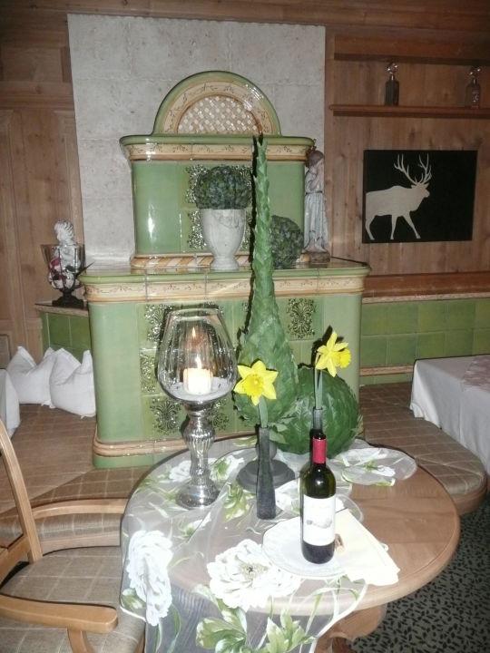Kachelofen im Speisesaal Alpine Wellnesshotel Karwendel