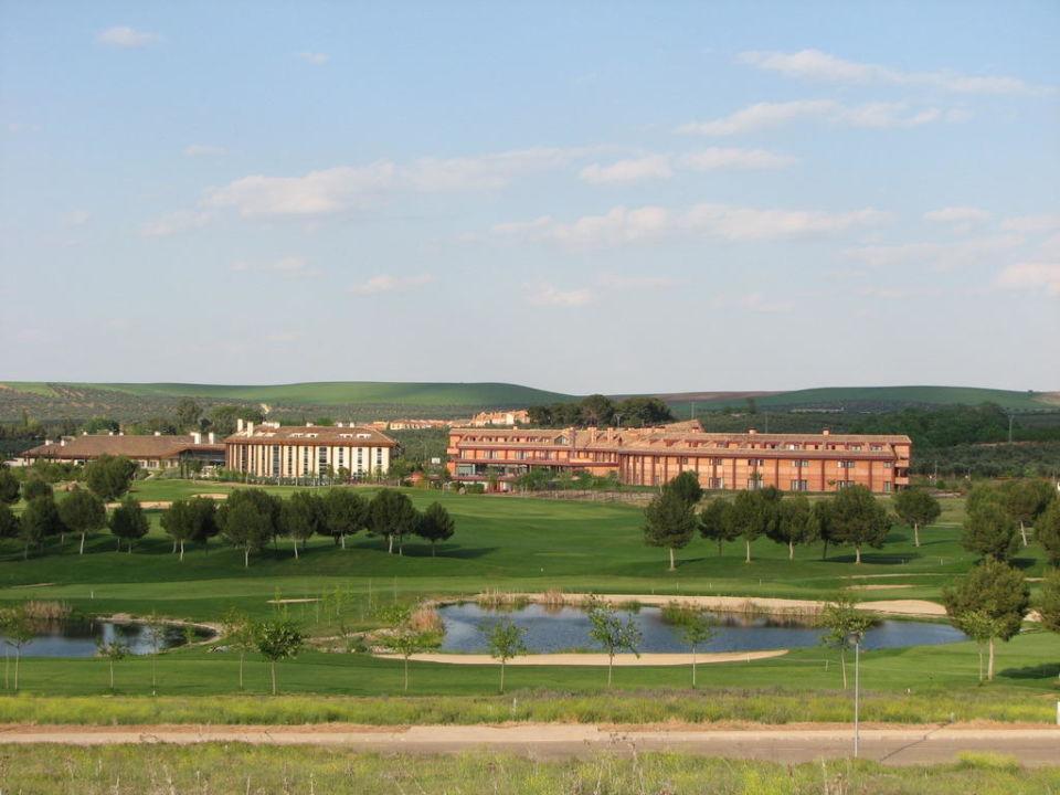 Blick vom Golfplatz zum Hotel Citymar Layos Golf Hotel