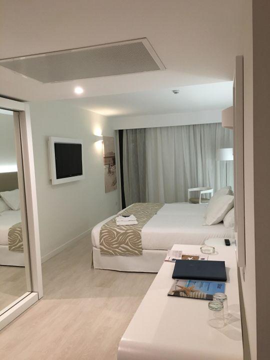 blick in das zimmer mit gro em bett iberostar cala millor adults only cala millor. Black Bedroom Furniture Sets. Home Design Ideas
