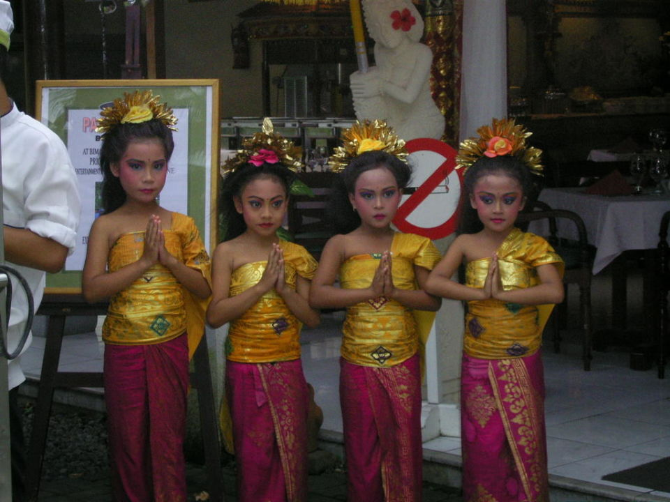 Blumenmädchen für Hochzeitspaare Prama Sanur Beach Bali