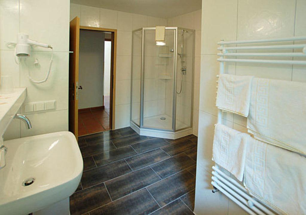 Badezimmer, Hell, Modern, DU/WC, Fön Ferienhaus Edelweiss