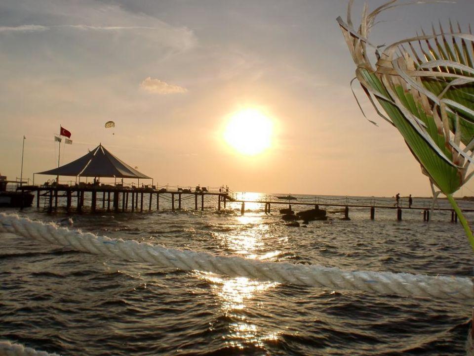 Sonnenuntergang am Strand Diamond Beach Hotel & Spa