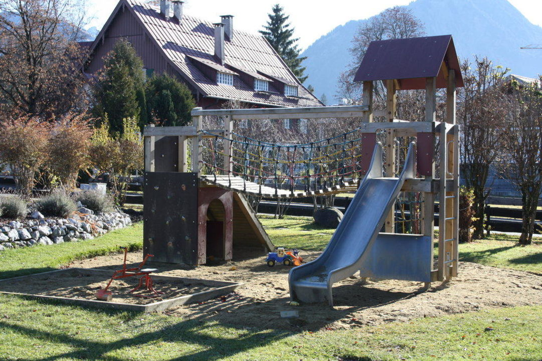 spielplatz im garten parkhotel frank in oberstdorf. Black Bedroom Furniture Sets. Home Design Ideas