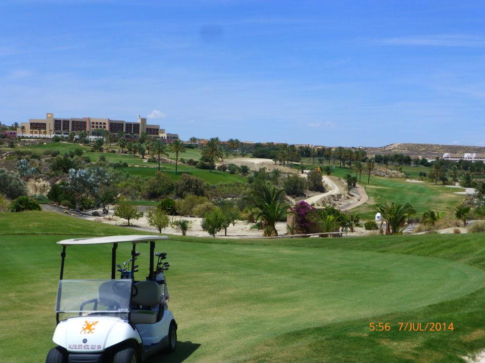 Blick vom Grün der 14 auf das Hotel Hotel Valle del Este Golf Spa