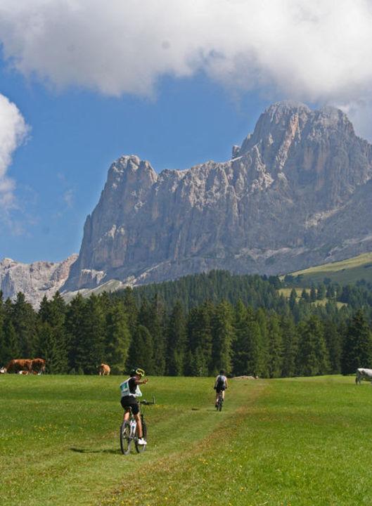 Biken auf den Almwiesen am Rosengarten Hotel Diana