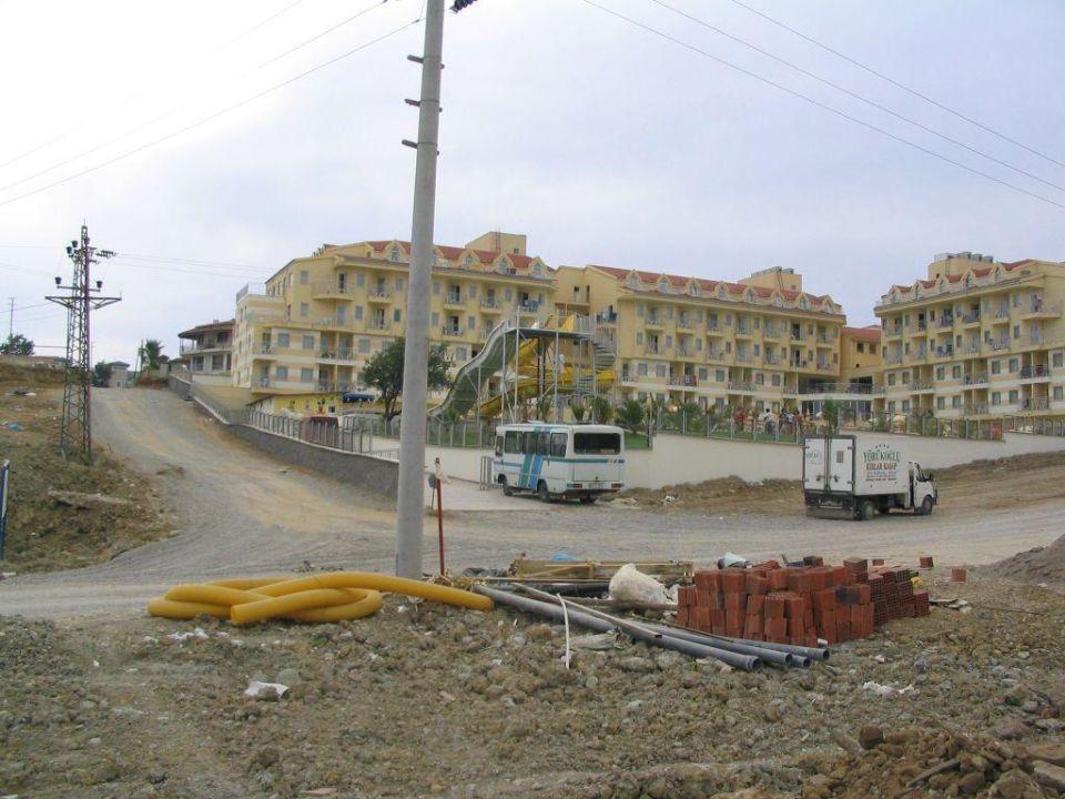 Weg vom oestlich gelegenen Strand zum Hotel (2) Diamond Beach Hotel & Spa