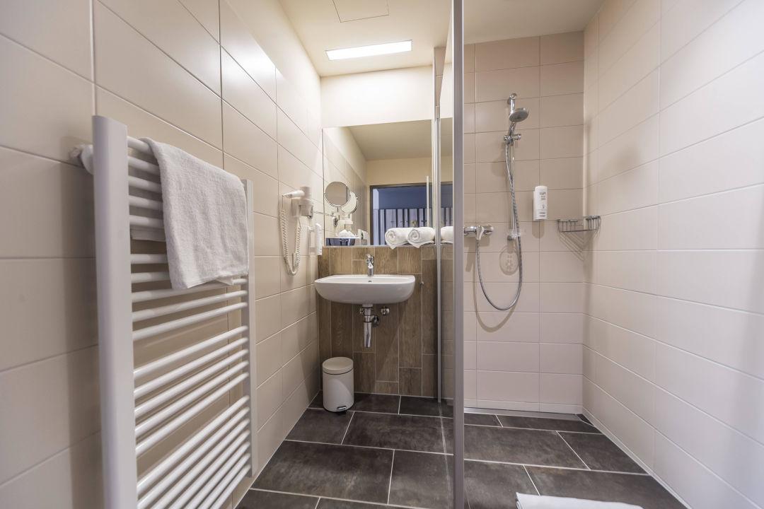 Geräumiges Badezimmer mit offener Dusche\