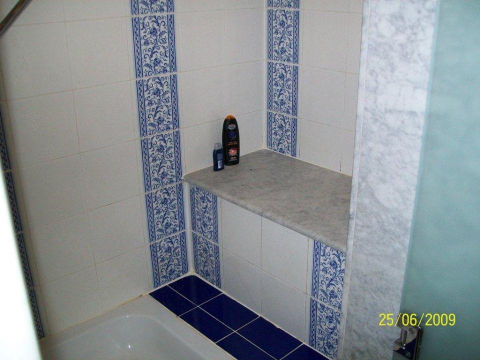 Eine Ablage oder Sitz in der Dusche\