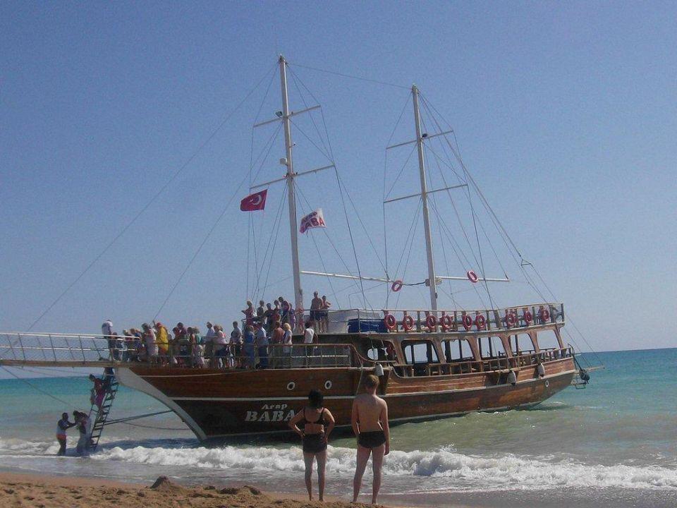 Der Strand mit einem Ausflugsschiff Grand Prestige Hotel & Spa