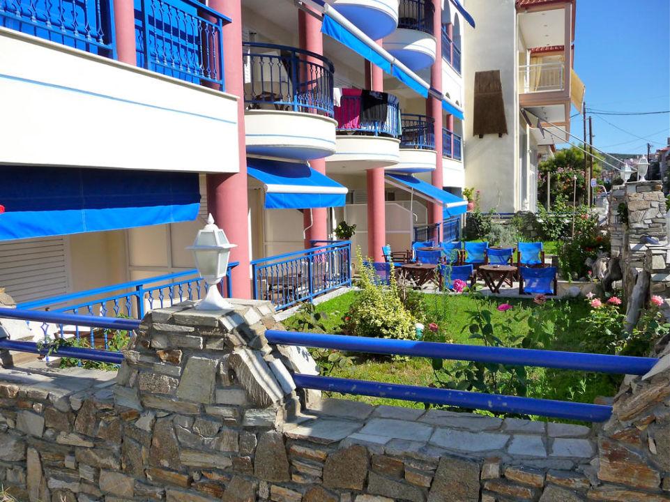 Gepflegter Vorgartenbereich Hotel Apollon