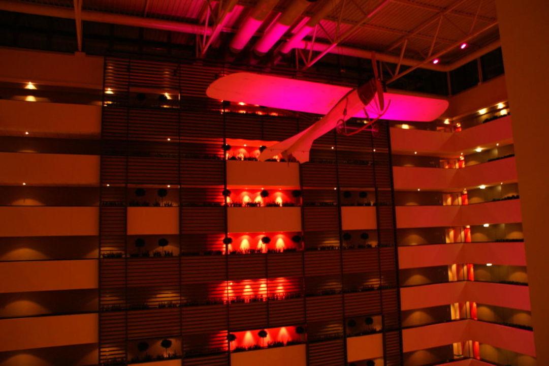 Die Hotelhalle mit dem Flugzeug Sofitel Budapest Chain Bridge