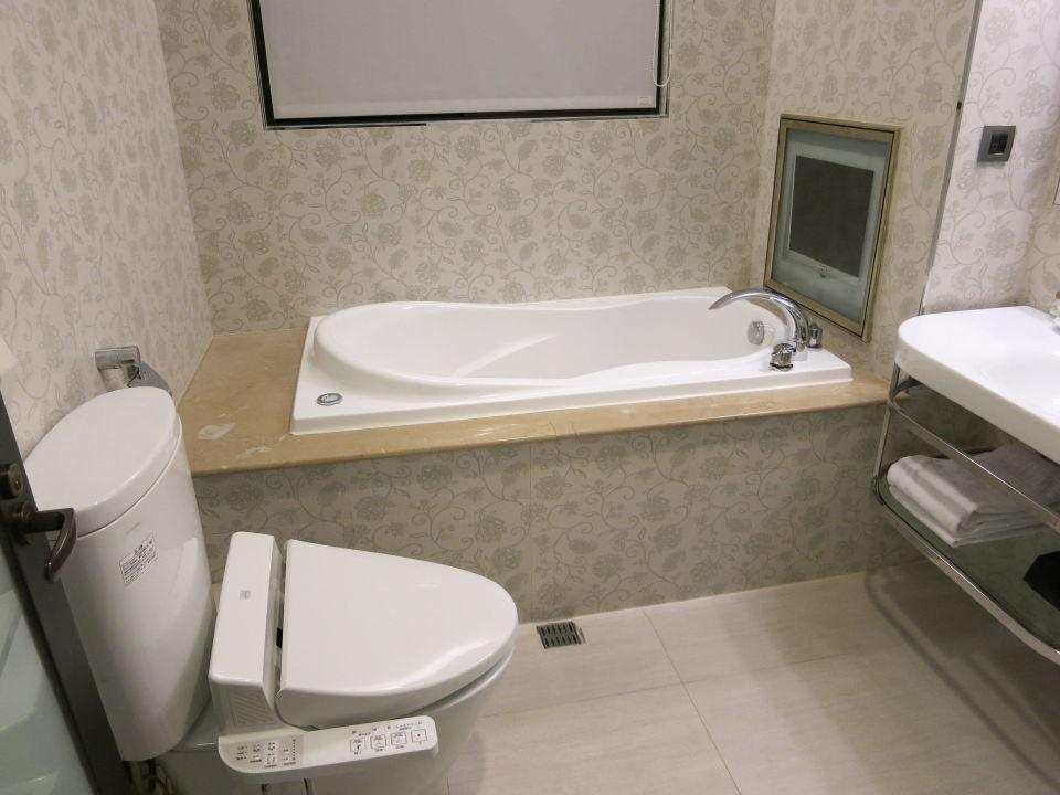 Badezimmer, Badewanne mit Fernseher\
