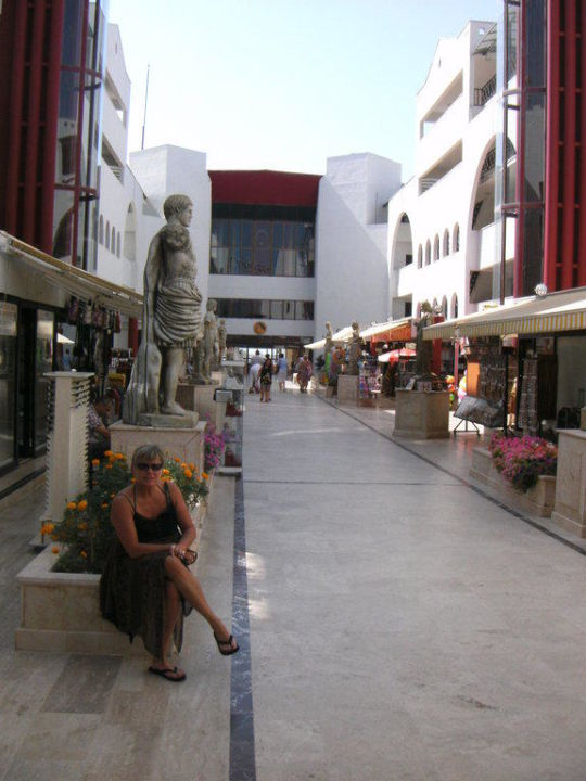 Ladenstrasse im Hotelhof Cesars Resort Side
