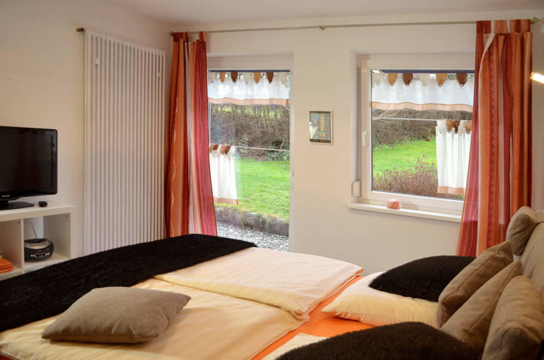 Schlafzimmer mit Boxspringbett + 2. TV\
