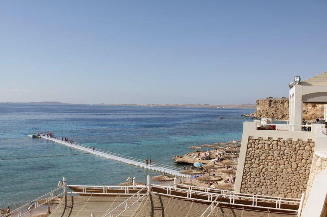 Blick auf den Strand mit Steg zum Riff Hotel Reef Oasis Beach Resort