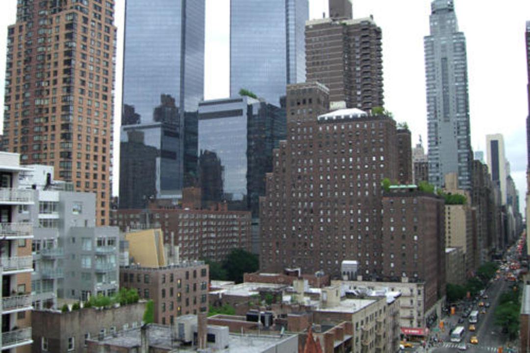 bild blick aus dem fenster zu hotel holiday inn new york city midtown 57th street in new york. Black Bedroom Furniture Sets. Home Design Ideas