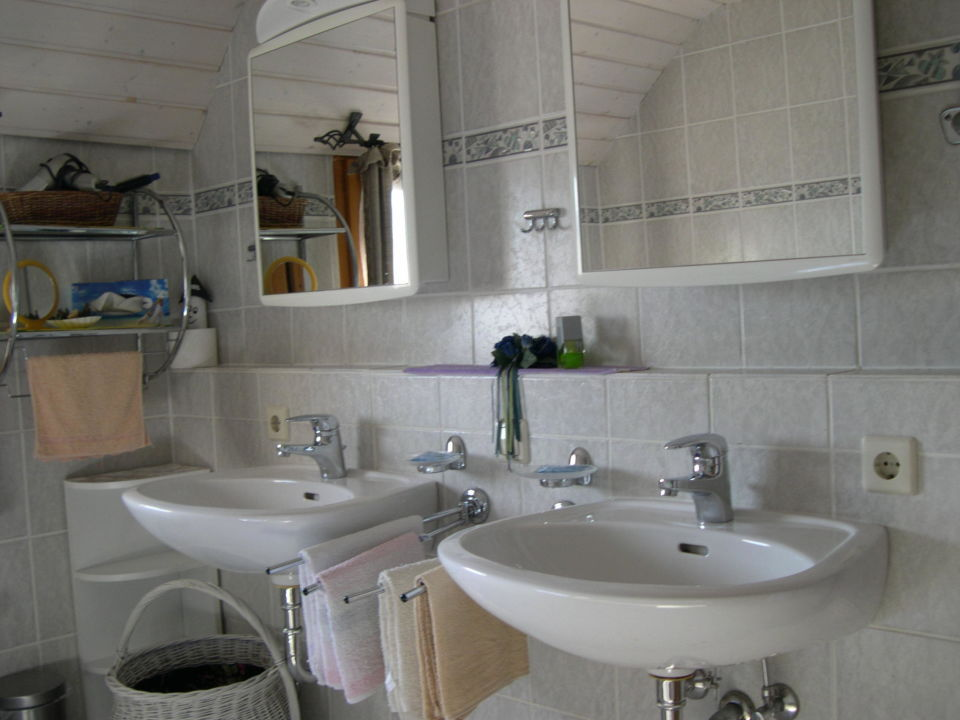 Badezimmer mit Duschbadewanne und 2 Waschbecken\