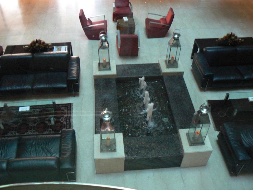 Sitzgruppe mit Brunnen Royal Ascot Hotel Apartment
