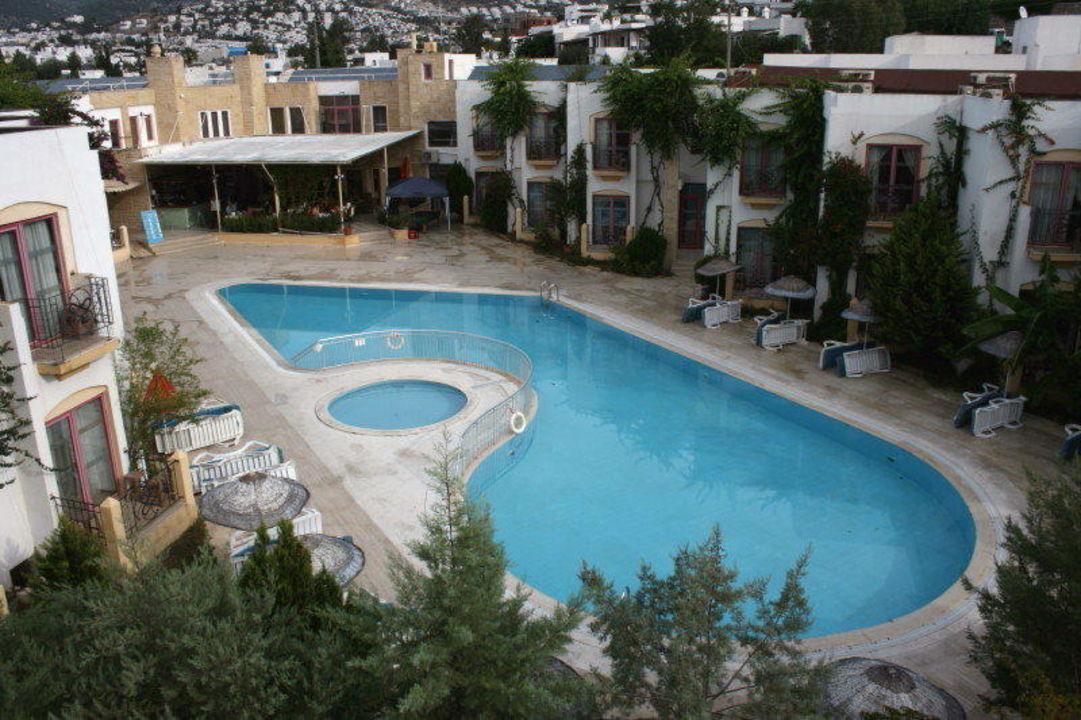 Pool des Nachbarhotels Serpina Hotel Eken Resort