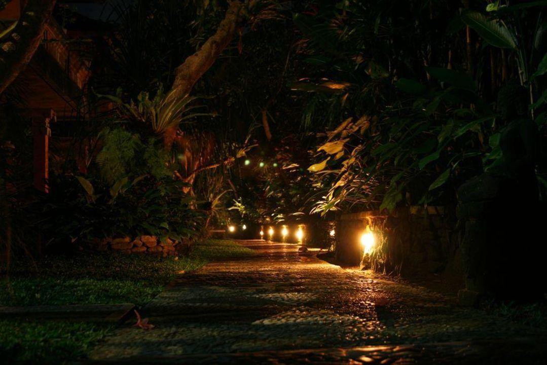 Garten bei Nacht Ubud Bungalow