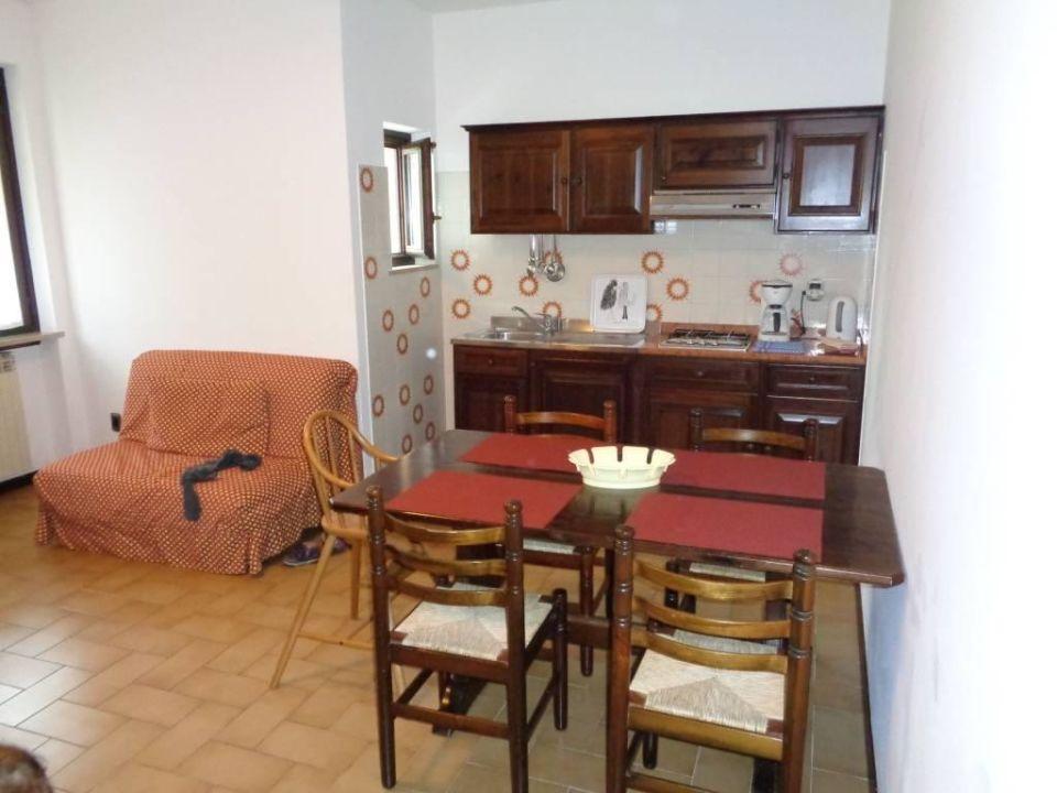 Küche, Esstisch und kleines Sofa\