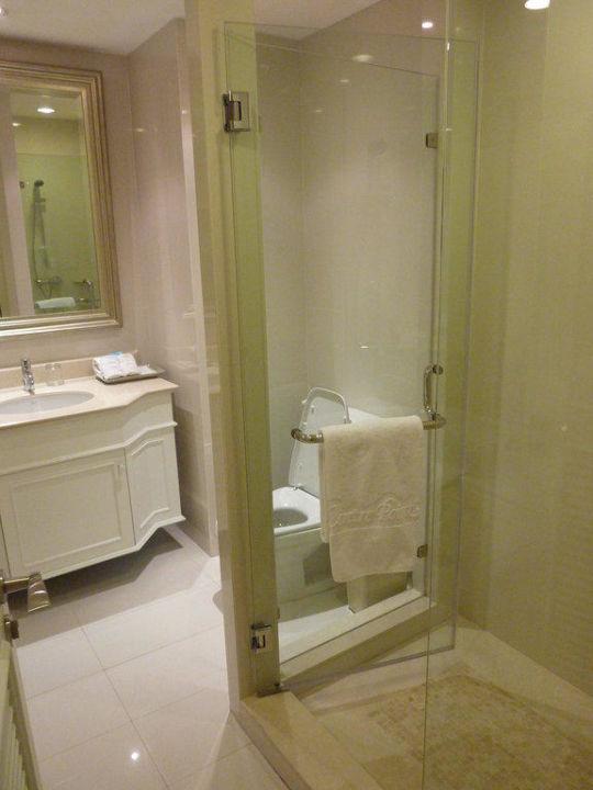 Bad mit riesiger Dusche Hotel Centre Point Silom
