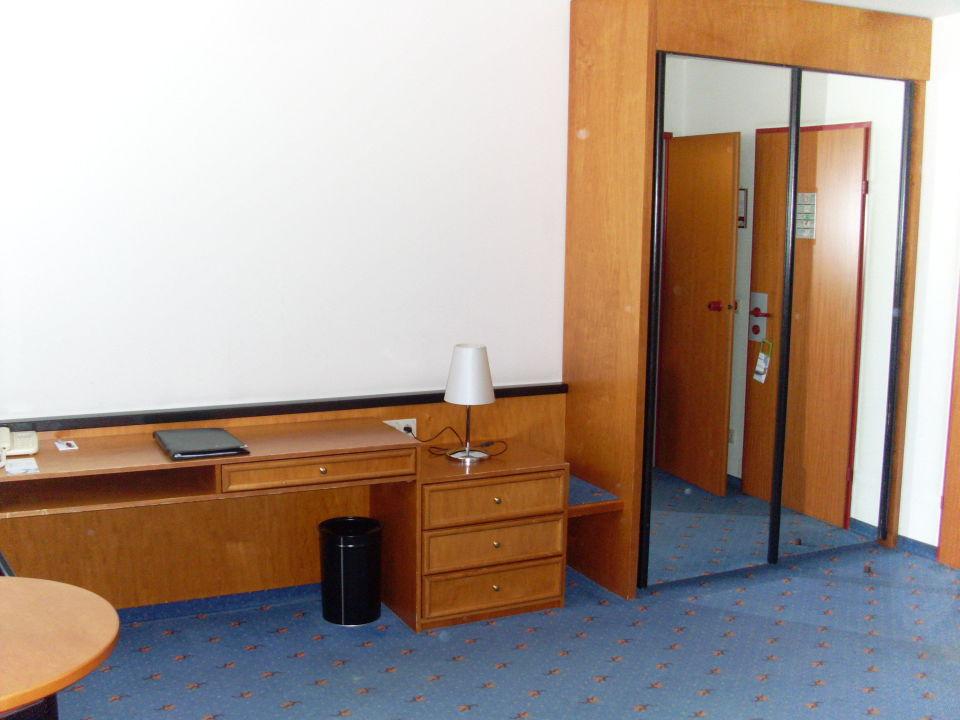 schreibtisch und schrank hotel favorita geschlossen wien holidaycheck wien sterreich. Black Bedroom Furniture Sets. Home Design Ideas