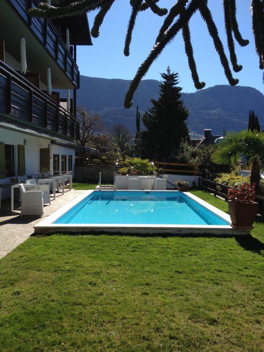 Sehr gepflegte Gartenanlage mit Pool Hotel Garni Hubertus
