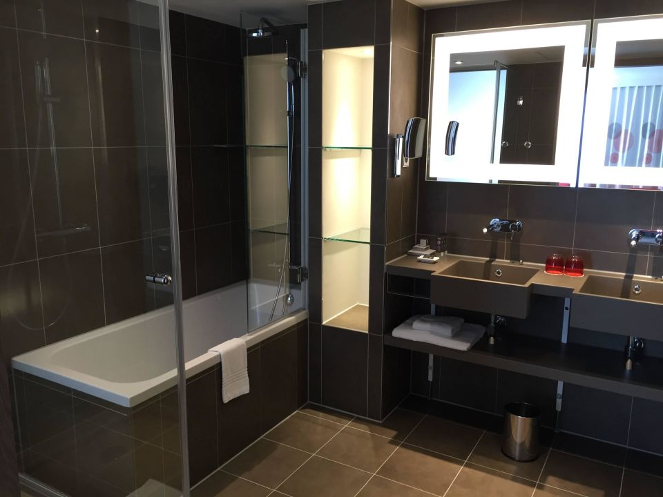 Sehr geräumiges Badezimmer in der Suite Novotel München City Arnulfpark