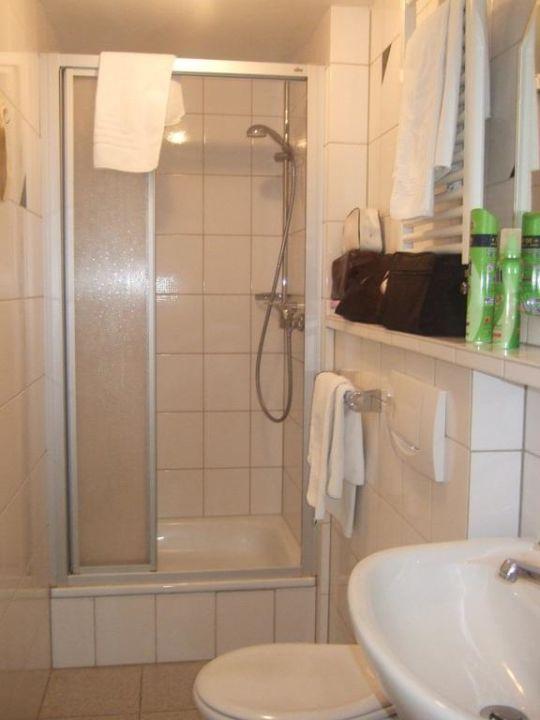 Kleines Badezimmer mit Dusche\