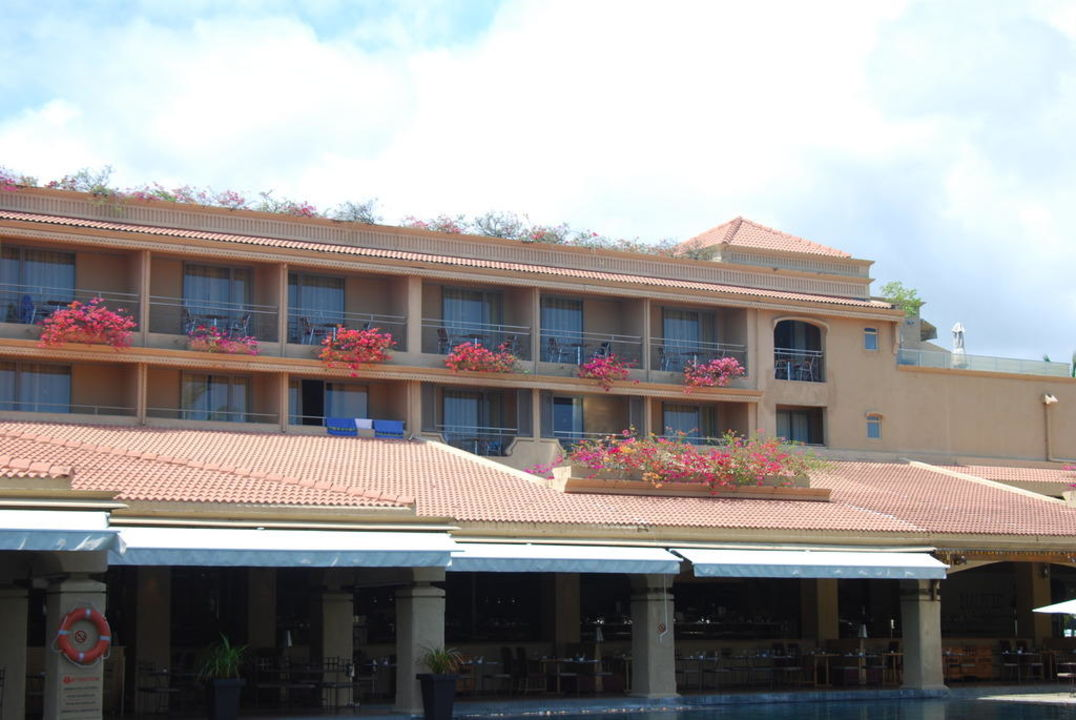 Blick vom Pool auf Hotel Mauricia Beachcomber Resort & Spa