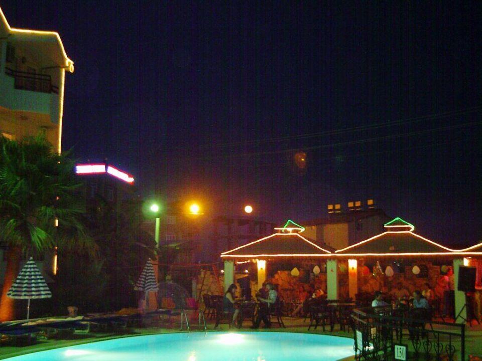Poolbereich und Sitzbereich der Poolbar am Abend Semoris Hotel